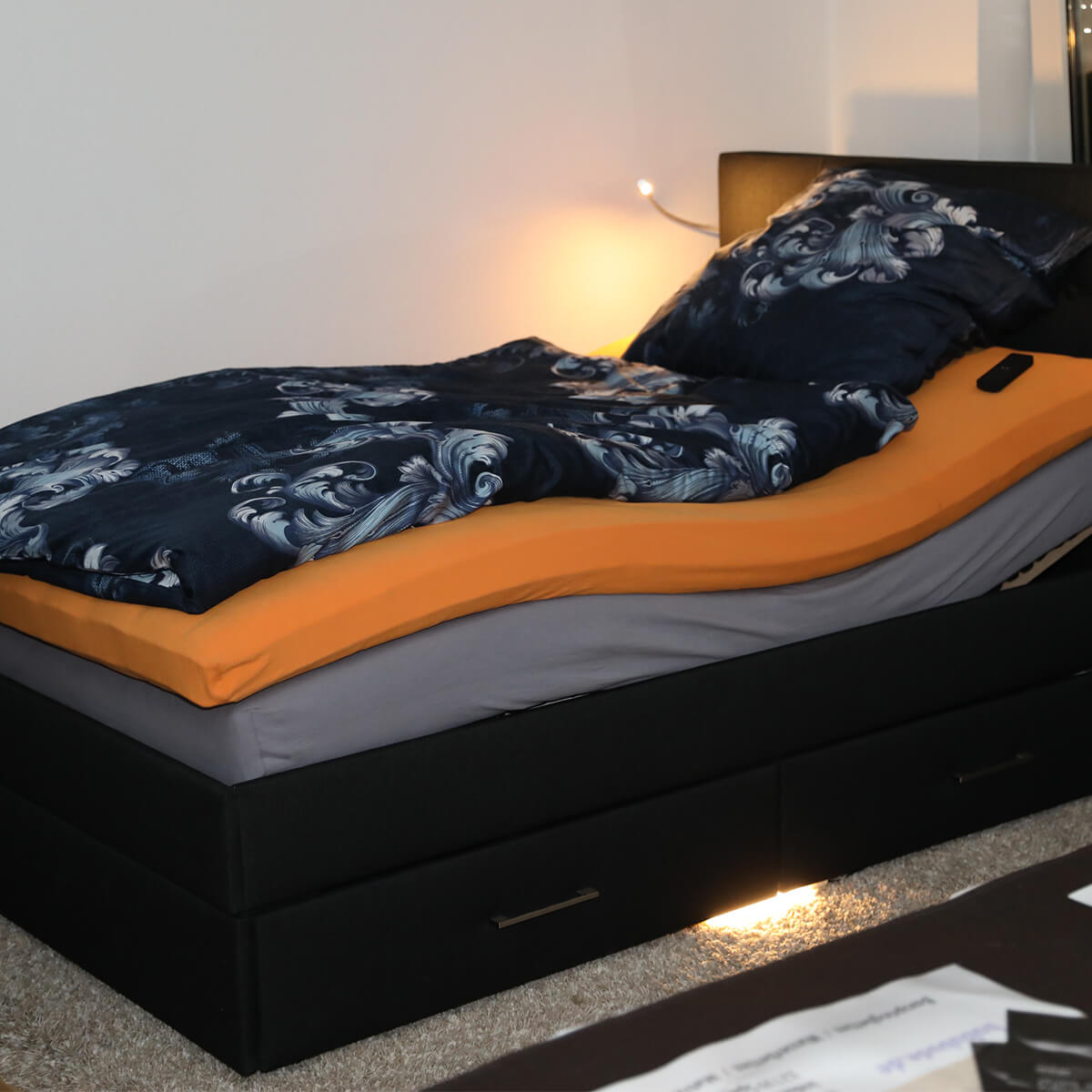 Bett mit Spannbetttücher